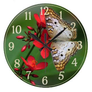 Vitfjäril på röda blommor stor klocka