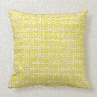 Vithjärtor och kärlekord på den gula dekorativ kudde