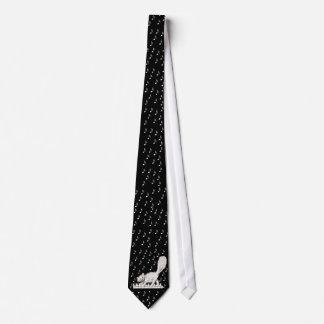 Vitkatt på pianonycklar slips