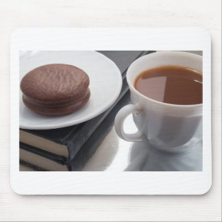 Vitkoppen med kakao och choklad täckte kexen musmatta
