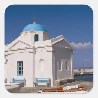 Vitkyrka på stranden nära det Aegean havet på Fyrkantigt Klistermärke
