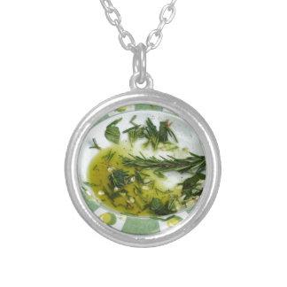 Vitlök och ört infused olivolja silverpläterat halsband