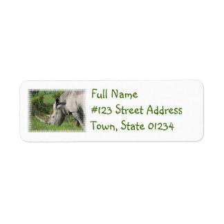 Vitnoshörning som postar etiketten returadress etikett
