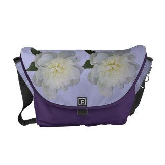 Vitpioner på purpurfärgad messenger bag