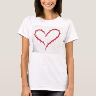 VitT-tröja med röd hjärta av taggar T-shirt