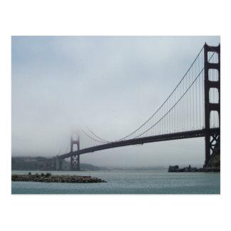 Vykortet av den guld- grinden överbryggar i dimma vykort