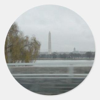 Washington monument över floden runt klistermärke