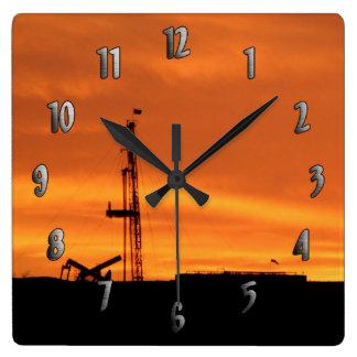 Workoverriggplatsen på solnedgången tar tid på fyrkantig klocka