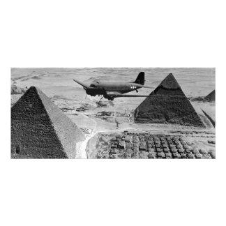 WWII-transport hyvlar att flyga över pyramider Reklamkort