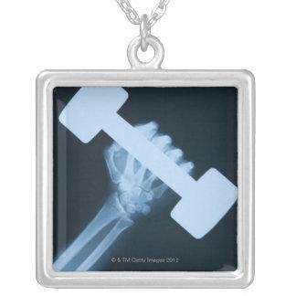 X-ray avbildar av människa räcker med väger, silverpläterat halsband