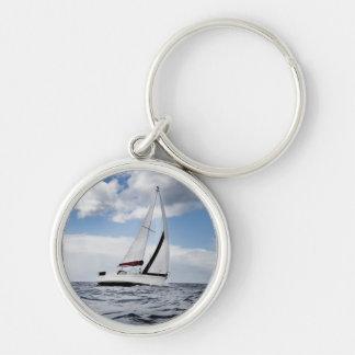 Yachtsegling i det öppna havet rund silverfärgad nyckelring