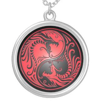 Yin Yang drakar, rött och svart Silverpläterat Halsband