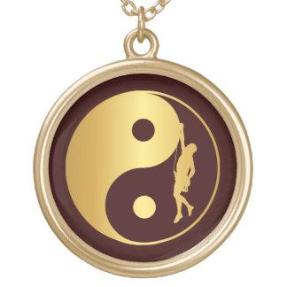 Yin & Yang klättrare (guld) Halsband Med Rund Hängsmycke