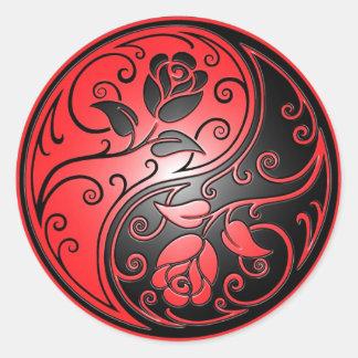 Yin Yang ro, rött och svart Runt Klistermärke