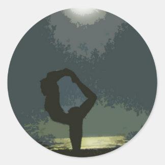 Yoga vid månsken runt klistermärke
