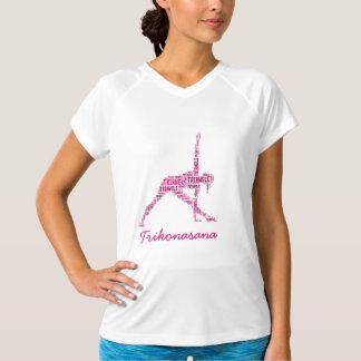 Yogatriangeln poserar Trikonasana skuggar in av T-shirt