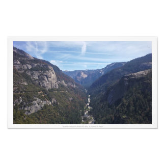 """""""Yosemite dal med skogar och nedgångar,"""" natur Fototryck"""