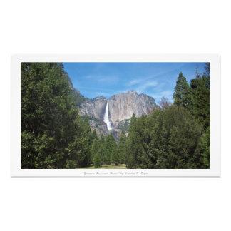 """""""Yosemite Falls med skogen,"""" Yosemite natur Fototryck"""