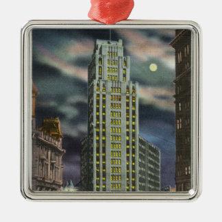Yttre beskåda av statlig tornbyggnad på natten julgransprydnad metall