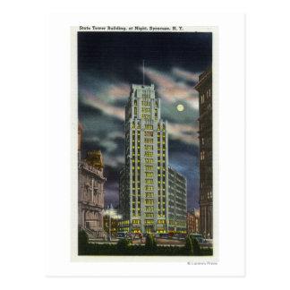 Yttre beskåda av statlig tornbyggnad på natten vykort