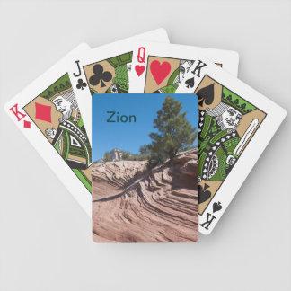 Zion som leker kort spelkort