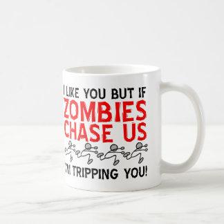 Zombies som snubblar den roliga muggen vit mugg