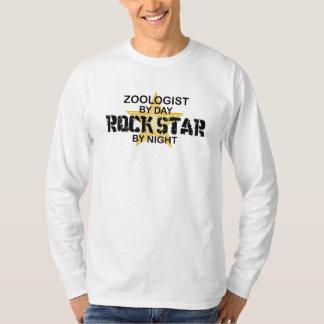 Zoologistrockstjärna vid natt t-shirt